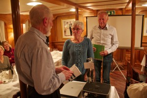 Hans och Anita Eklund tackas för ett intressant föredrag av ordförande Leif Lexell
